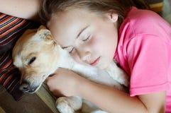 Muchacha y perro sonrientes Fotos de archivo