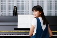 Muchacha y piano asiáticos Fotografía de archivo