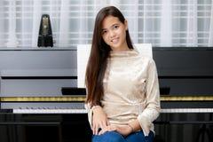 Muchacha y piano asiáticos Imagen de archivo libre de regalías