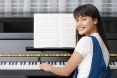 Muchacha y piano asiáticos Imagen de archivo