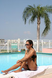 Muchacha y piscina Imagen de archivo libre de regalías