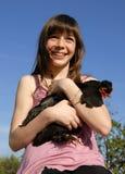 Muchacha y pollo felices Fotos de archivo