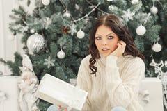 Muchacha y regalos de Navidad adolescentes Fotos de archivo