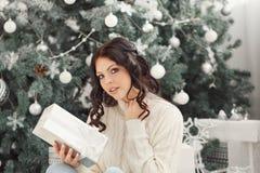 Muchacha y regalos de Navidad adolescentes Imagen de archivo libre de regalías