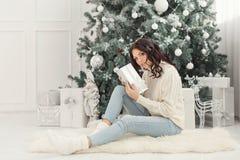 Muchacha y regalos de Navidad adolescentes Imagen de archivo