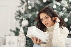 Muchacha y regalos de Navidad adolescentes Fotografía de archivo libre de regalías