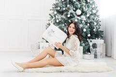 Muchacha y regalos de Navidad adolescentes Imagenes de archivo