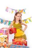 Muchacha y regalos del cumpleaños Foto de archivo libre de regalías