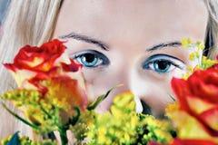 Muchacha y rosas Imagenes de archivo