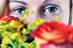 Muchacha y rosas Imagen de archivo libre de regalías