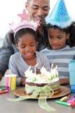 Muchacha y su familia que celebran su cumpleaños Imagen de archivo libre de regalías