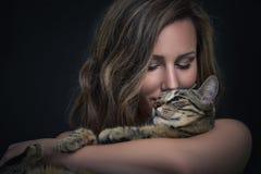 Muchacha y su gato Foto de archivo libre de regalías