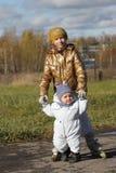 Muchacha y su hermano Fotografía de archivo libre de regalías