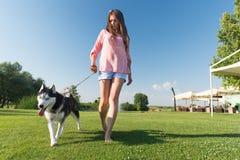 Muchacha y su l perro esquimal Fotografía de archivo libre de regalías
