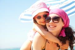 Muchacha y su madre en la playa Fotografía de archivo