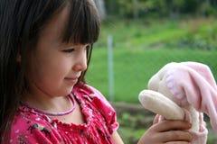 Muchacha y su muñeca Fotografía de archivo libre de regalías