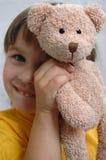 Muchacha y su oso de peluche Fotos de archivo libres de regalías