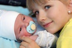 Muchacha y su pequeño hermano Imágenes de archivo libres de regalías
