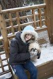 Muchacha y su perro foto de archivo
