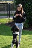 Muchacha y su perro de caniche Fotos de archivo
