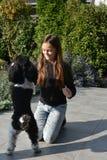 Muchacha y su perro de caniche Imagenes de archivo