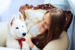Muchacha y su perro El concepto de amistad Fotos de archivo