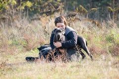 Muchacha y su perro gris Imagen de archivo