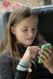Muchacha y su teléfono móvil Fotos de archivo