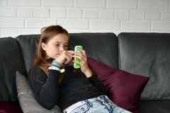 Muchacha y su teléfono móvil Imagenes de archivo