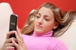 Muchacha y teléfono celular Fotografía de archivo libre de regalías