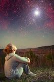 Muchacha y un cielo estrellado Imagen de archivo