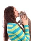 Muchacha y un gato. Foto de archivo