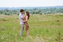Muchacha y un hombre joven en el campo de girasoles Fotografía de archivo
