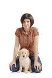 Muchacha y un perrito del perro perdiguero Imagen de archivo libre de regalías