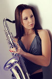 Muchacha y un saxofón Imagen de archivo