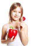 Muchacha y verdura Pimienta adolescente y roja Imagen de archivo
