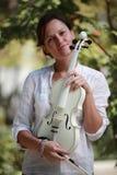 Muchacha y violín blanco Imágenes de archivo libres de regalías