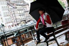 Muchacha y y paraguas en Estrasburgo Imagen de archivo libre de regalías