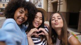 Muchachas étnicas multi alegres que toman el selfie al aire libre almacen de video