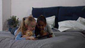 Muchachas étnicas multi lindas que trabajan en la tableta en casa almacen de metraje de vídeo