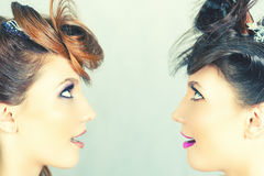 Muchachas absolutamente magníficas de los gemelos con maquillaje de la moda Imagenes de archivo