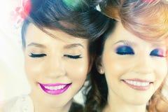Muchachas absolutamente magníficas de los gemelos con maquillaje de la moda Imágenes de archivo libres de regalías