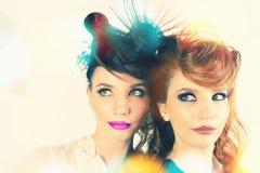 Muchachas absolutamente magníficas de los gemelos con maquillaje y el peinado de la moda foto de archivo