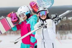 Muchachas activas que se preparan para la snowboard y el campeonato de esquí fotos de archivo