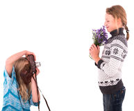 Muchachas adolescentes con la cámara retra en un fondo blanco Fotografía de archivo