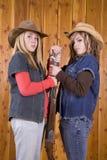 Muchachas adolescentes con la escopeta Foto de archivo libre de regalías