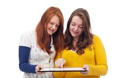 Muchachas adolescentes con la tableta Imagenes de archivo