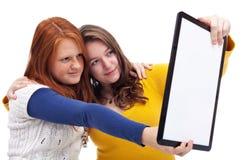 Muchachas adolescentes con la tableta Fotos de archivo libres de regalías