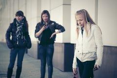 Muchachas adolescentes con los teléfonos celulares en la calle Imagenes de archivo