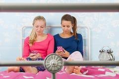 Muchachas adolescentes con smartphones Foto de archivo libre de regalías